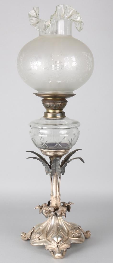 Beautiful petroleum lamp on triangular silver base, 13 lothige, 812/000, richly