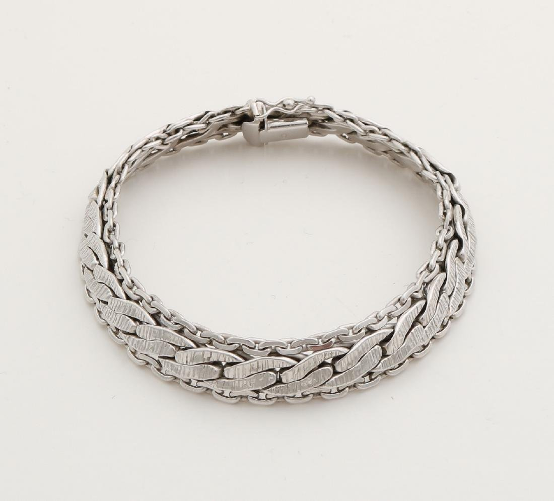 White gold bracelet, 585/000, with carved links, width 10 mm, length 18.5 cm. Wi