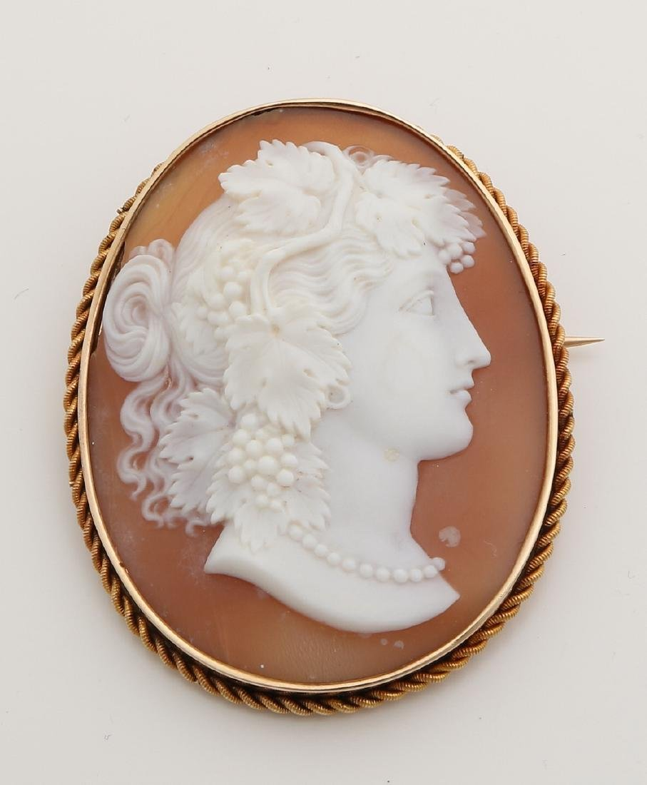 Large yellow gold brooch, 585/000, engraved with a beautiful carved shell carame