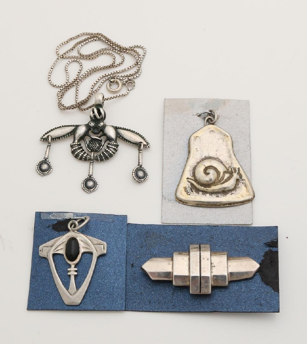Lot with 4 silver jewelry, 3 pendants and a brooch in Art Deco style.