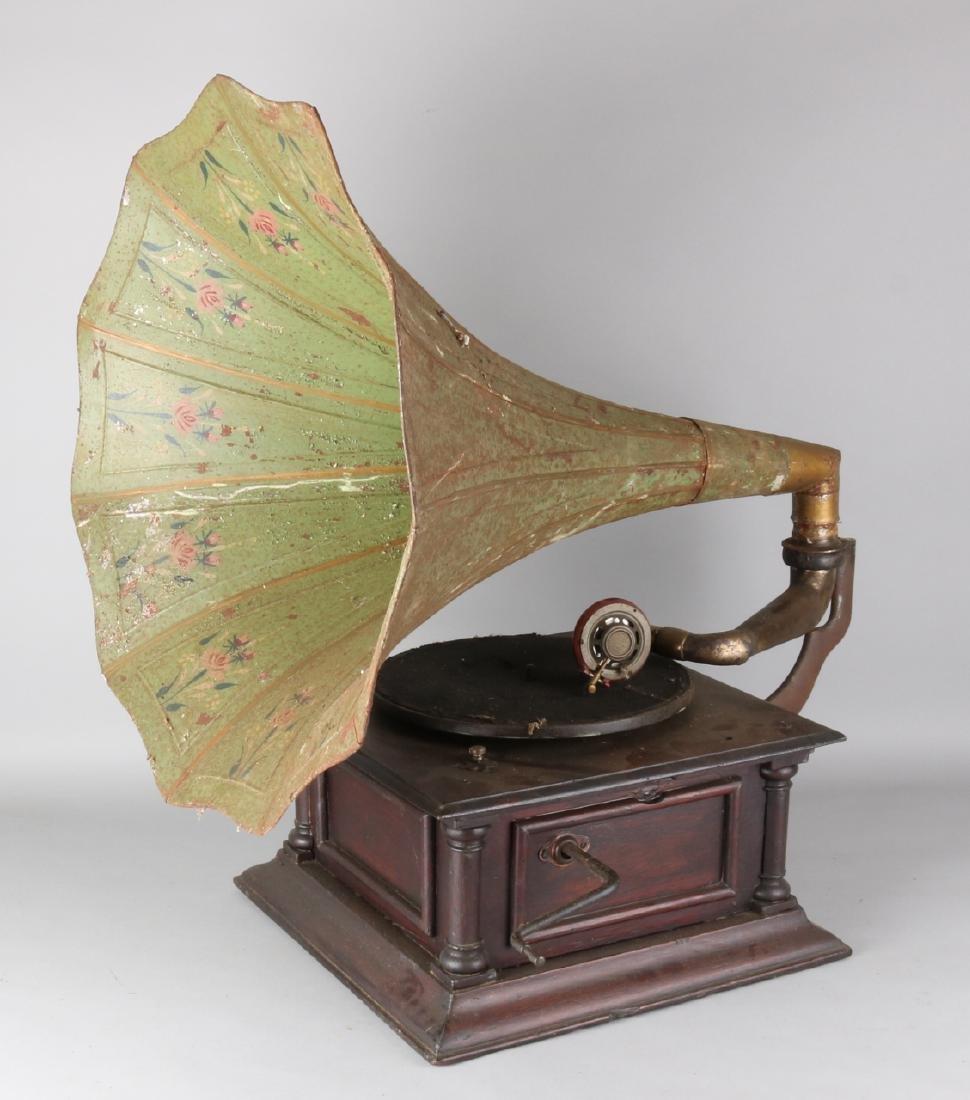 Antique gramophone with funnel. Circa 1910. Needs restoration. Size: 87 x 52 ø x