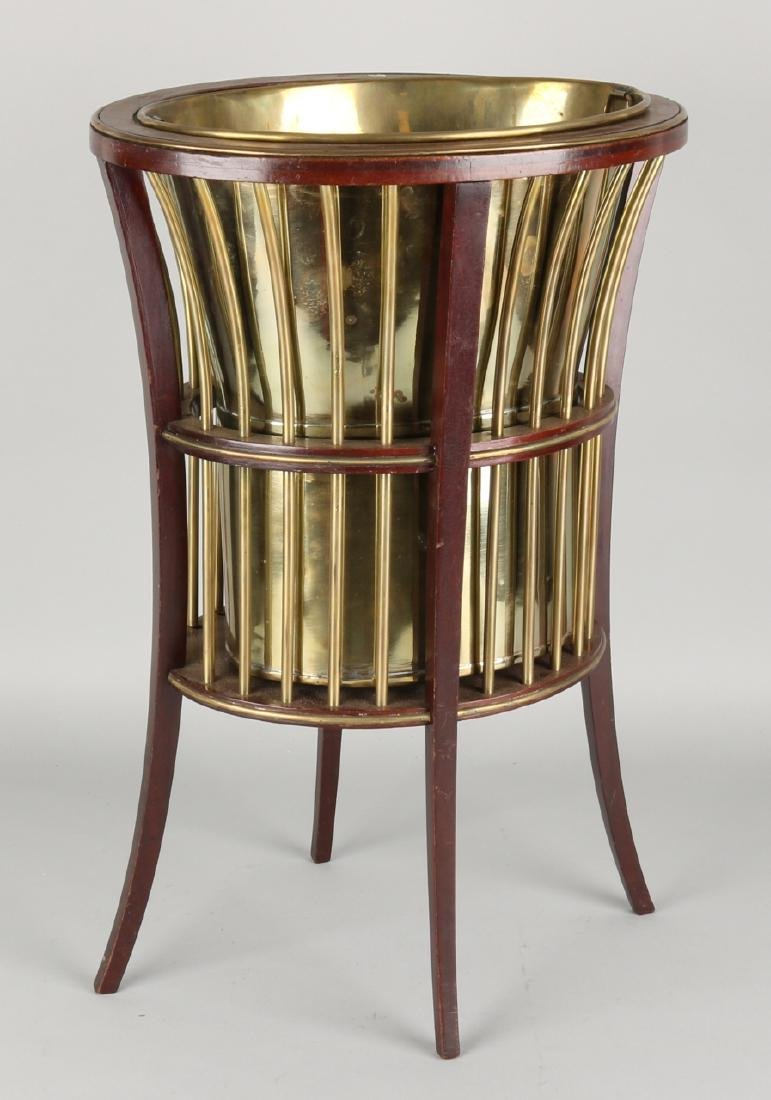 19th Century mahogany champagne cooler with brass. Size: 41 x 32 x 25 cm. In goo