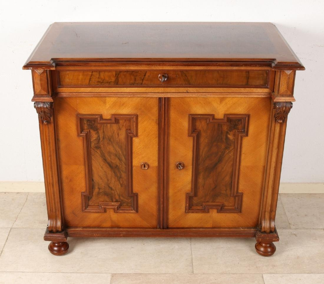 Beautiful German walnut Gründerzeit chest of drawers. Circa 1880. Historism. Rec