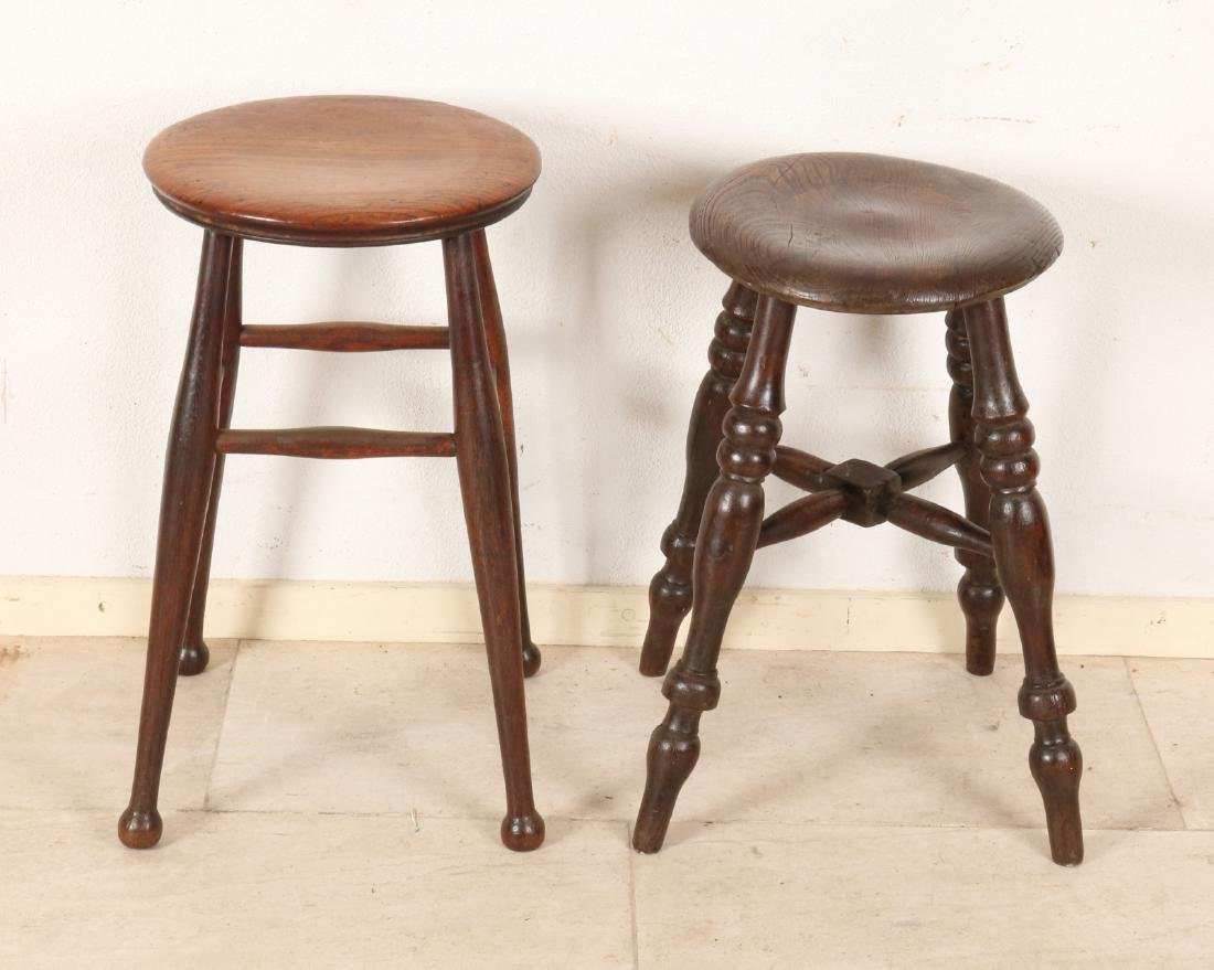 Two 19th century English elm wood stools. Beautiful patina. Size: 54 - 54 cm. In