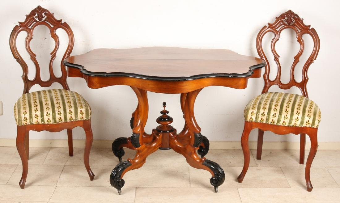 Dutch walnut Willem III dining table with spinnekop table. Walnut with ebonisati