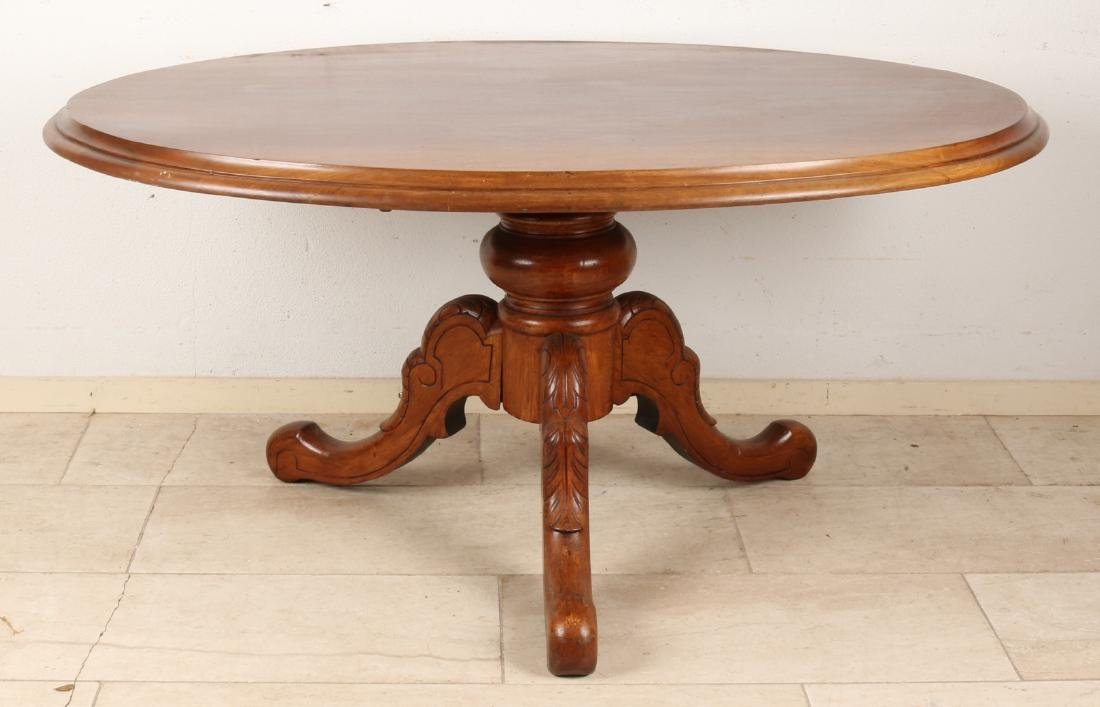 Oval English mahogany coffee table. Size: 62 x 102 x 130 cm. In good condition.