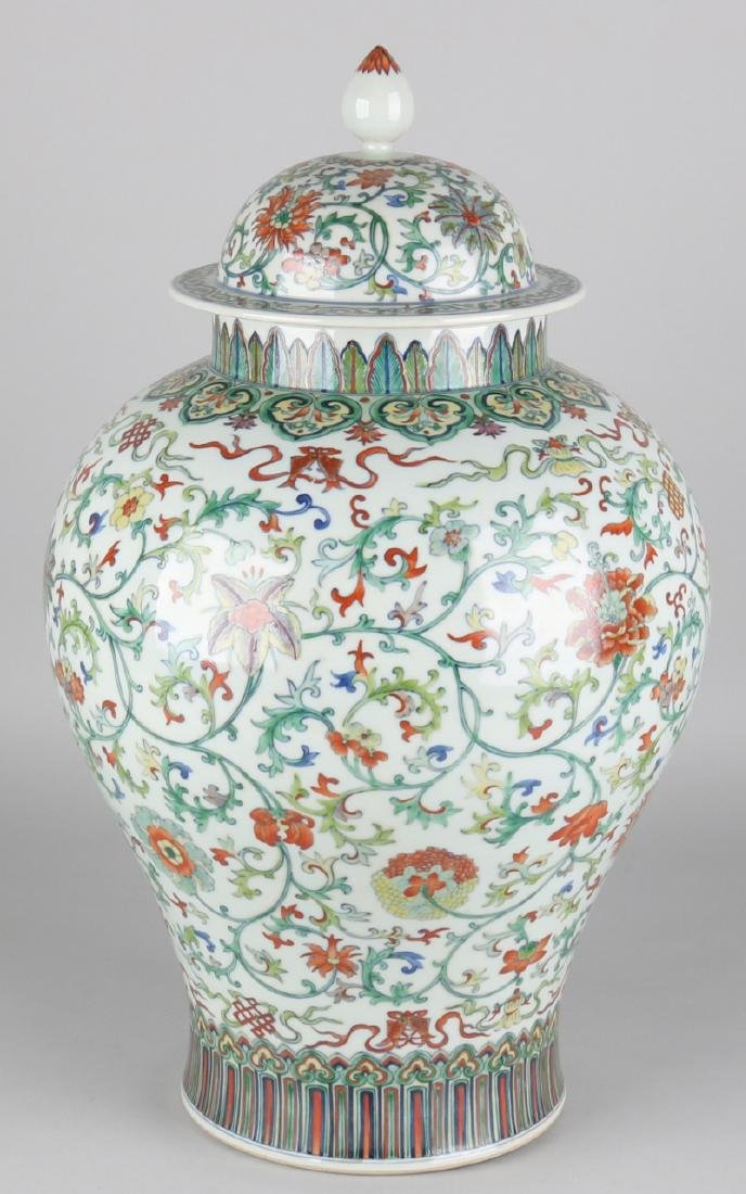 Large Chinese porcelain covered vase with floral decors and floor mark. Size: 49