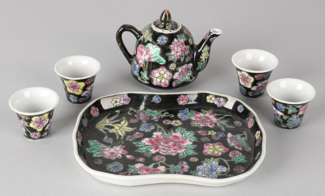 Six-piece Chinese porcelain Family Noir tea set. Circa 1950. Size: 3.5 - 16 cm.
