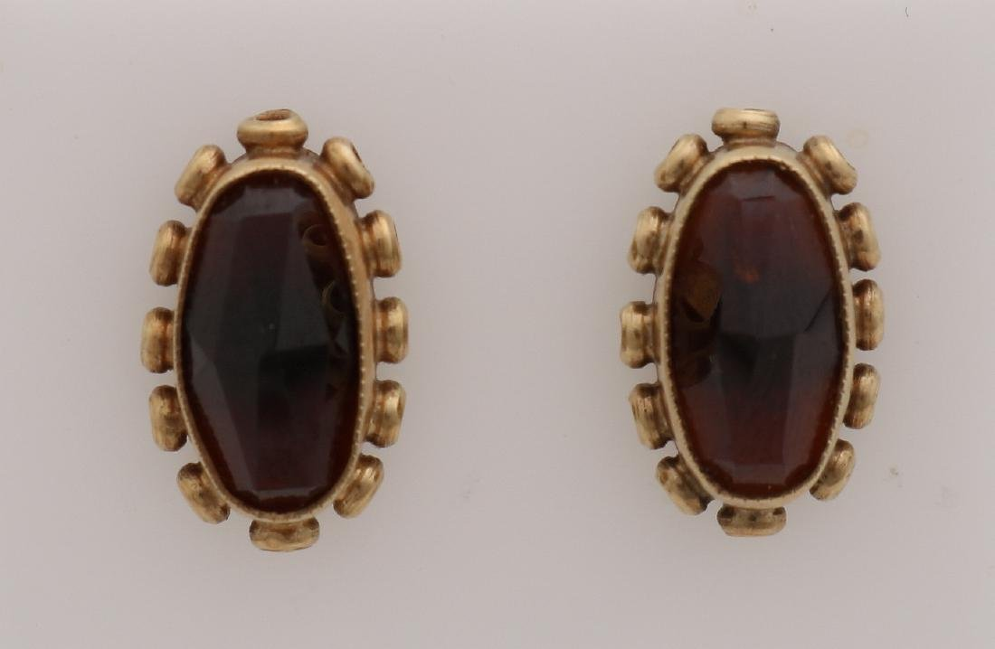 Yellow gold earrings with garnet, 585/000. Oval