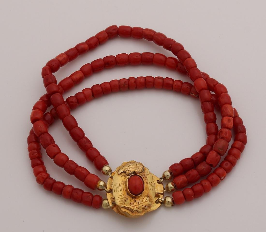 Bracelet of red coral with yellow gold clasp, 585/000.
