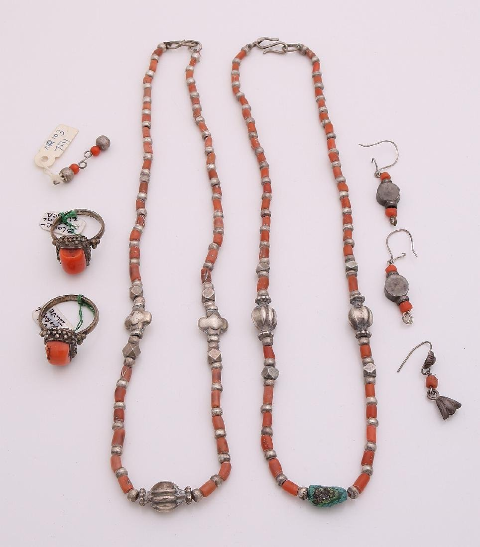 Lot of jewelery with red coral, with 2 large coral