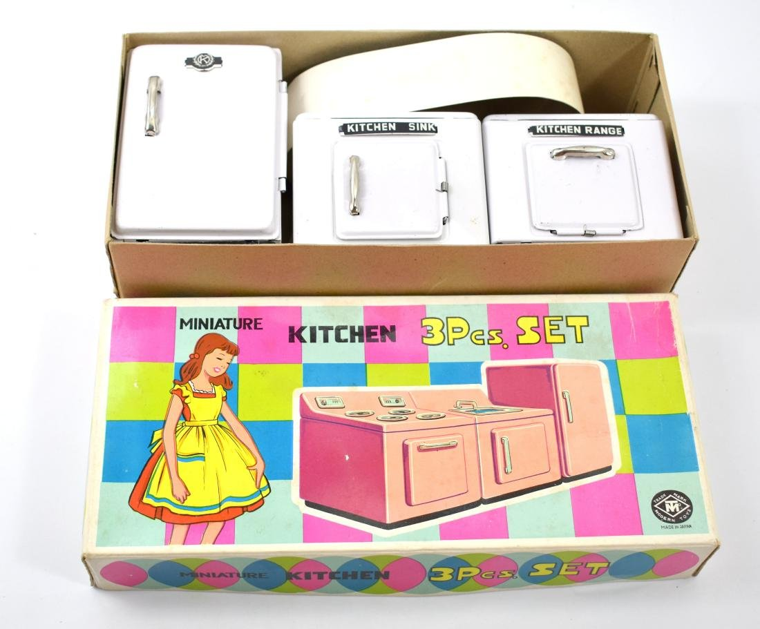 Kitchen set made of metal in its original packaging, in
