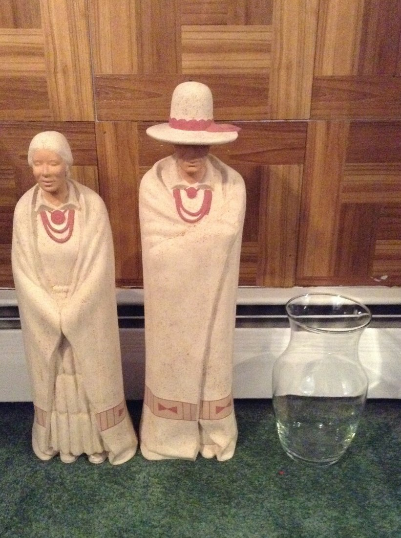 2 wall hangings & statues