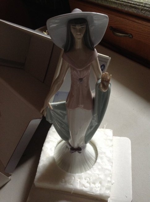 Lladro Figurine with Box: Lady of Nice 06213