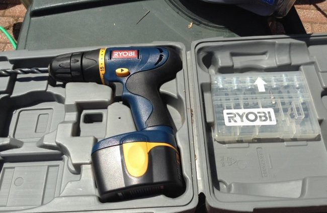 Ryobi drill 12 v with extra drill bits - No charger