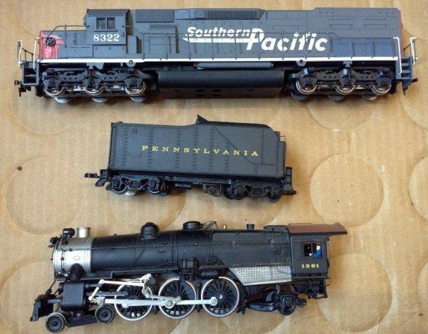 2 HO Train Engines