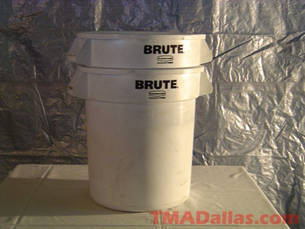 124: LOT OF 2 RUBBERMAID BRUTE 10 GALLON TRASH CANS (NO