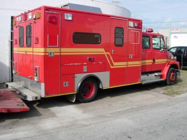 55B: 1999 Freightliner Ambulance - 3