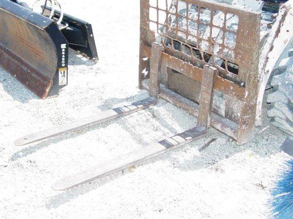 11A: 2001 Melroe Skidsteer Forks