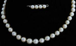 White graduated cultured pearl necklace