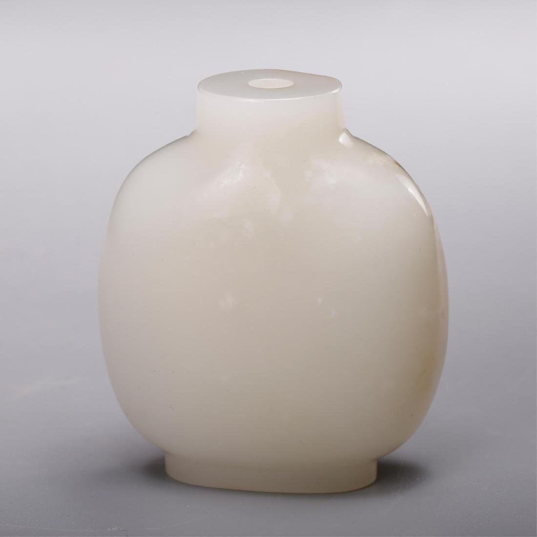 CHINESE WHITE JADE SNUFF BOTTLE WITH RUSSET - 3