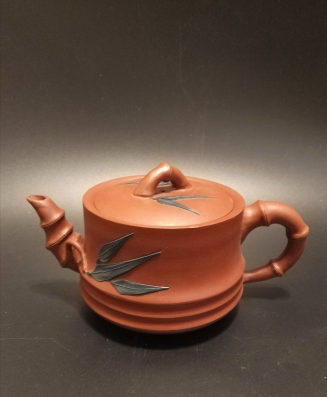 Chinese Yixing clay teapot with sigh