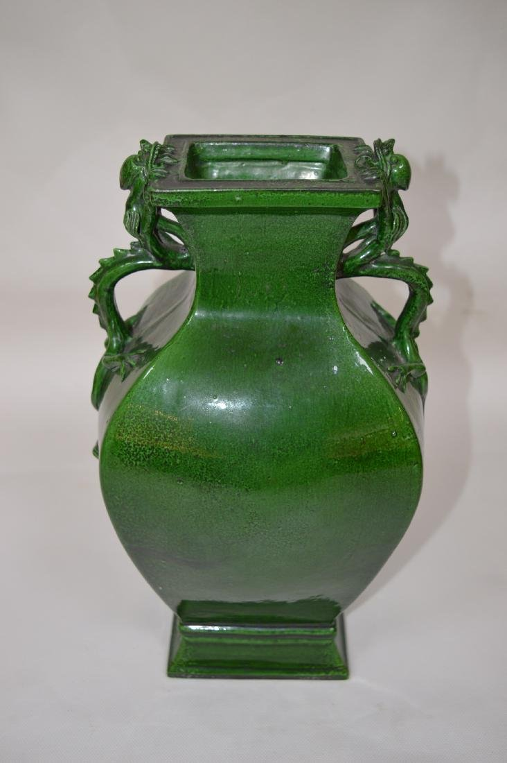A CHINESE GREEN GLAZED SQUARE VASE WITH HANDLES