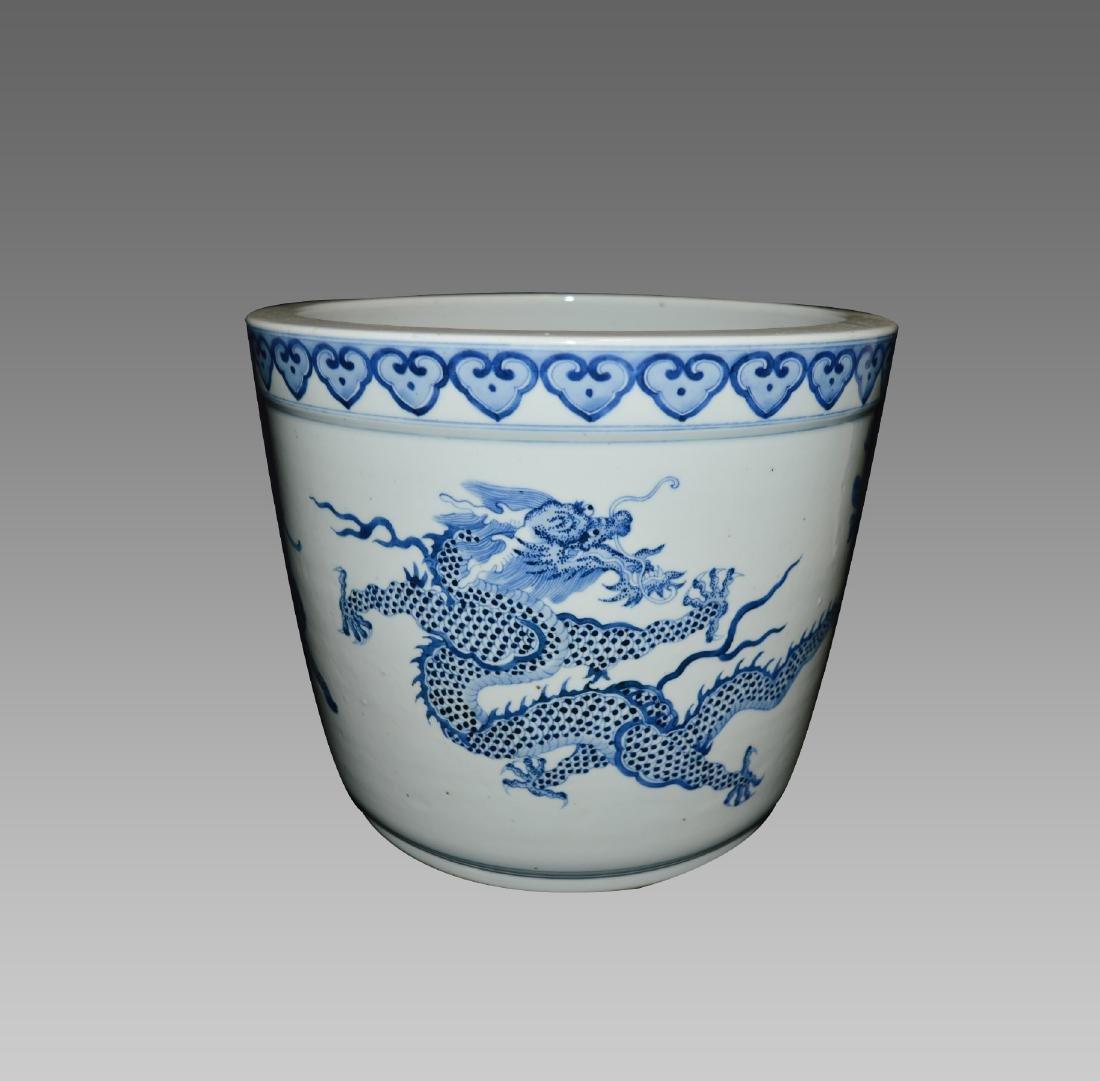 A SMALL BLUE AND WHITE DRAGON PRINT JAR