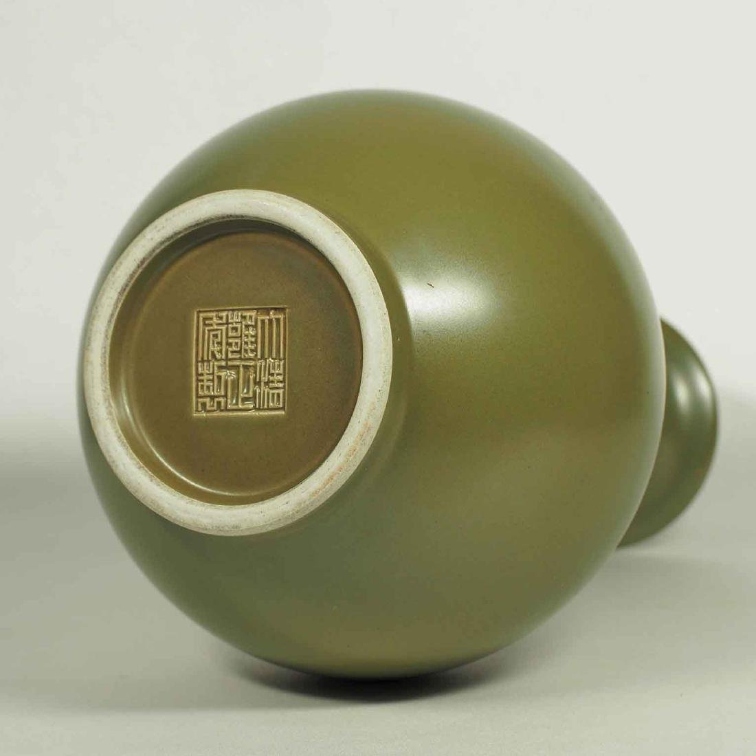 Teadust Monochrome Vase, Qianlong Mark, late Qing - 4