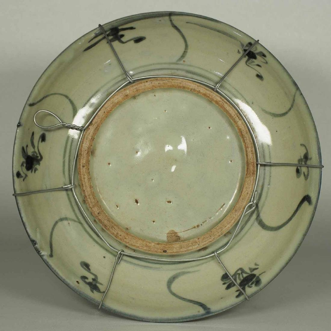 Plate with Abstract Swirl and Floral Design, late Ming - 4