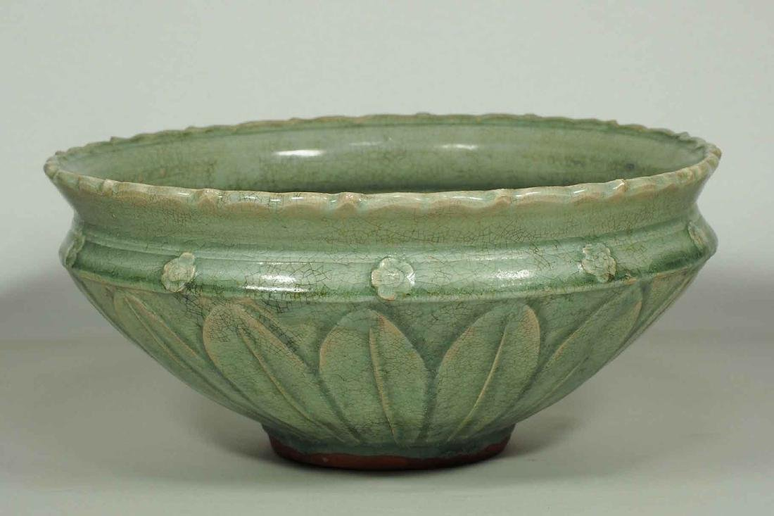 Large Longquan Bowl with Carved Lotus Petal, early Yuan - 2
