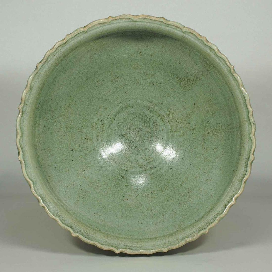Large Longquan Bowl with Carved Lotus Petal, early Yuan - 3