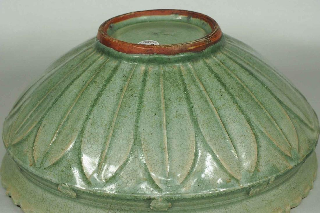 Large Longquan Bowl with Carved Lotus Petal, early Yuan - 5