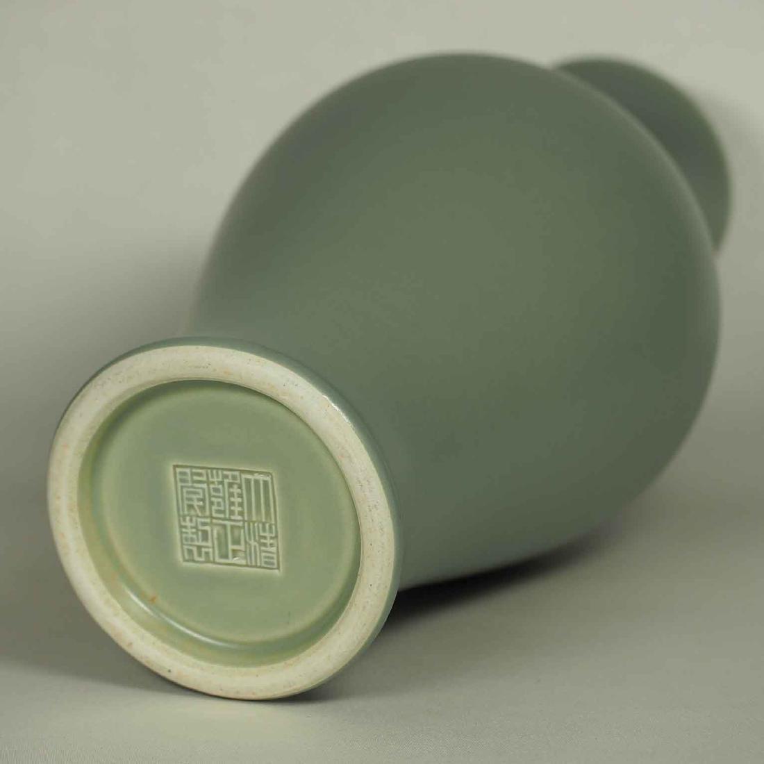 Wintergreen Vase, Qianlong Mark, late Qing Dynasty - 4