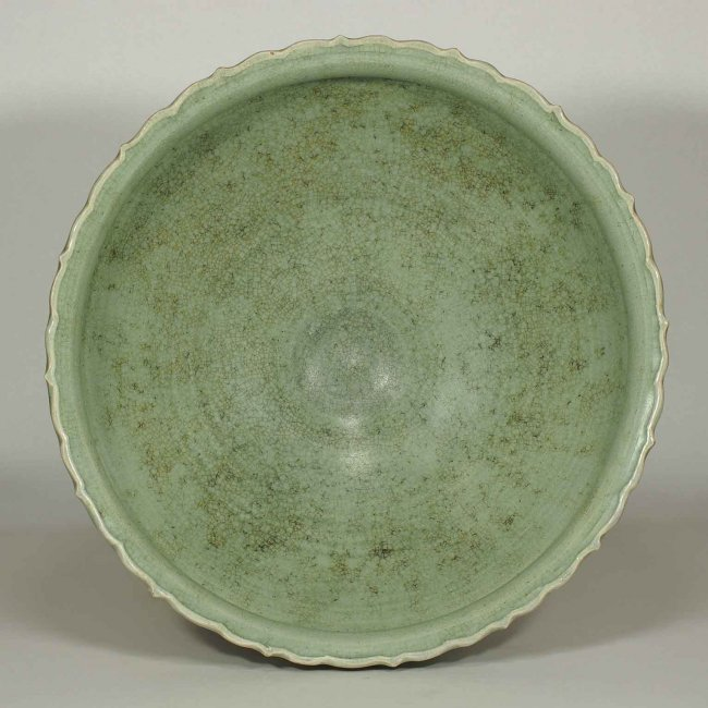 Large Longquan Bowl with Carved Lotus, early Yuan - 4