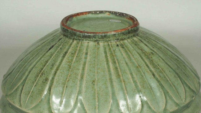 Large Longquan Bowl with Carved Lotus, early Yuan - 5