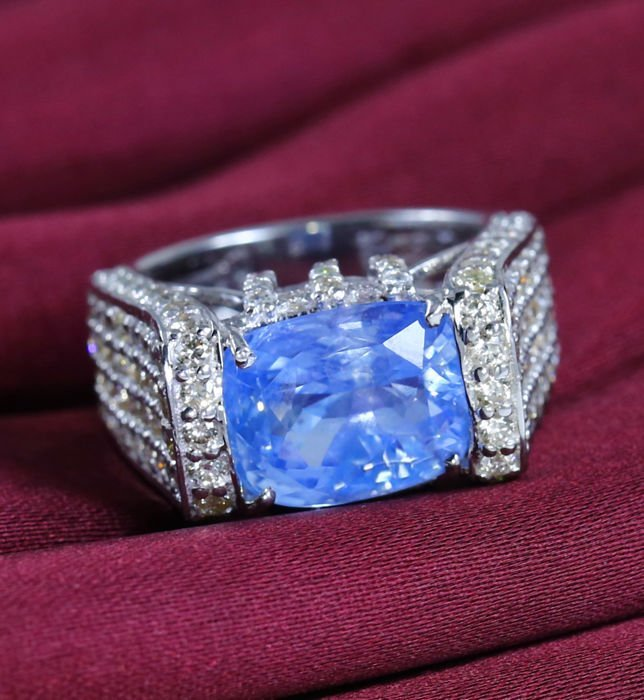 14 K White Gold IGI cert. Blue Sapphire & Diamond Ring