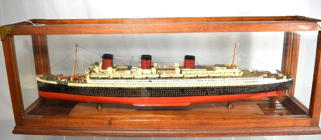 DISPLAY SHIP MODEL OF THE QUEEN MARY OCEAN LINER: