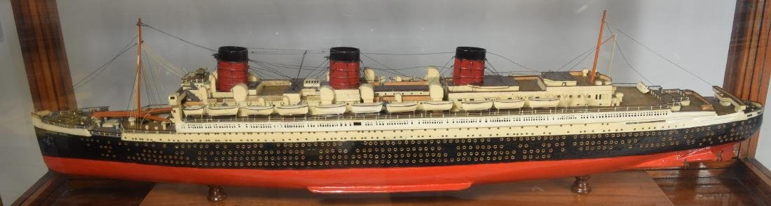 DISPLAY SHIP MODEL OF THE QUEEN MARY OCEAN LINER: - 2