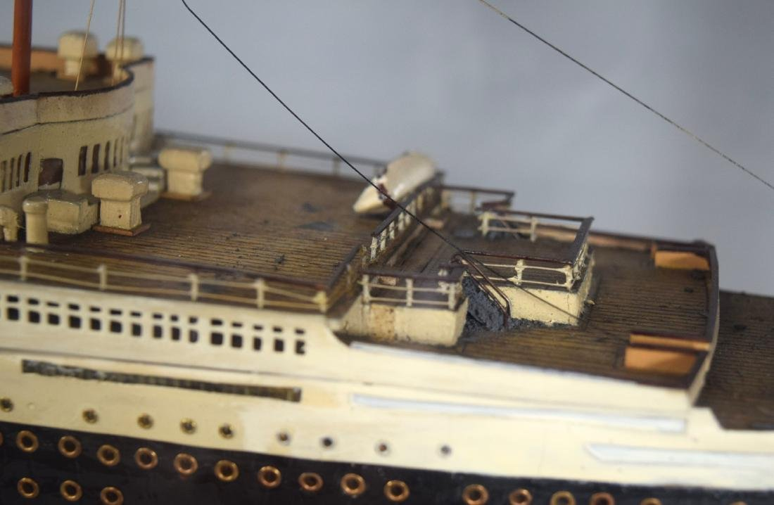 DISPLAY SHIP MODEL OF THE QUEEN MARY OCEAN LINER: - 5
