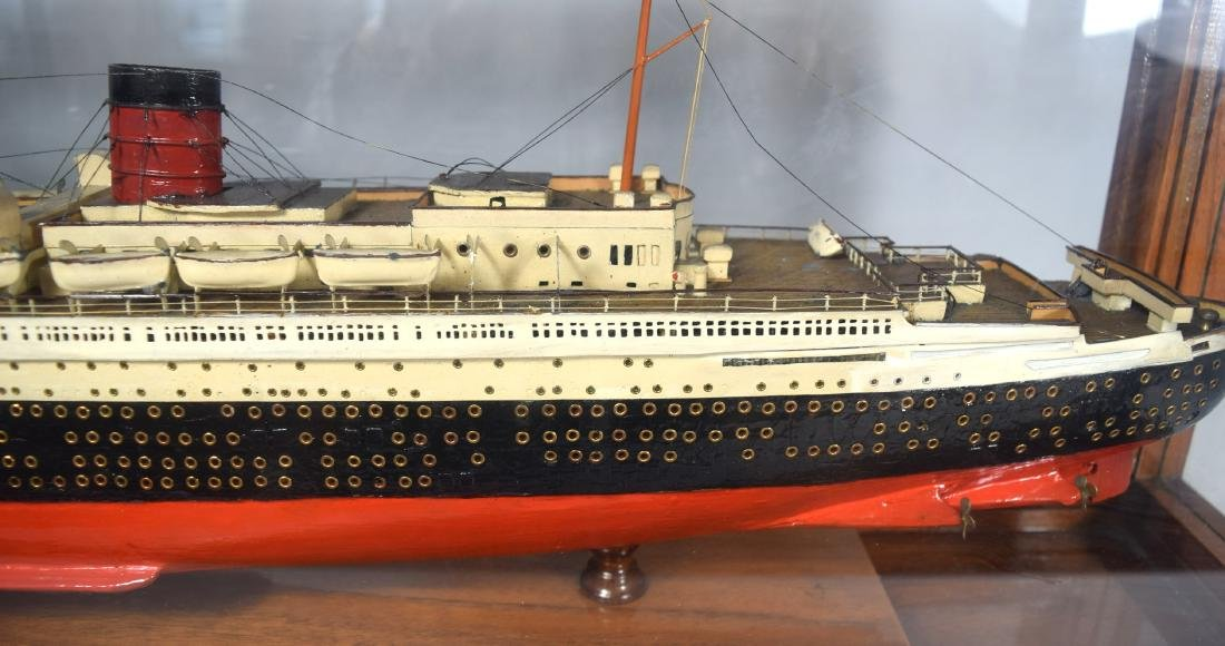DISPLAY SHIP MODEL OF THE QUEEN MARY OCEAN LINER: - 6