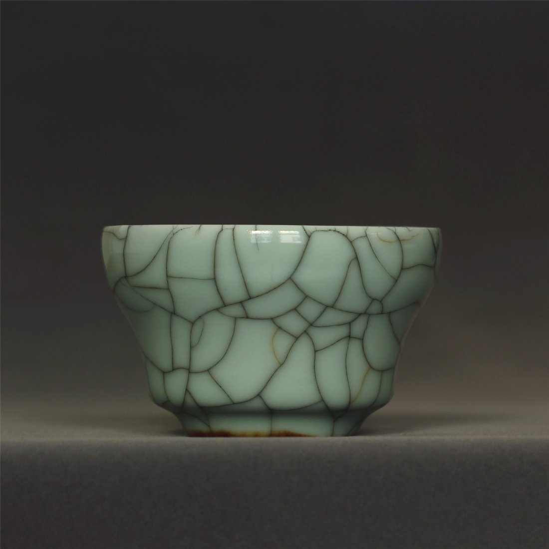 A Ge-Kiln cup of Qing Dynasty QianLong mark.