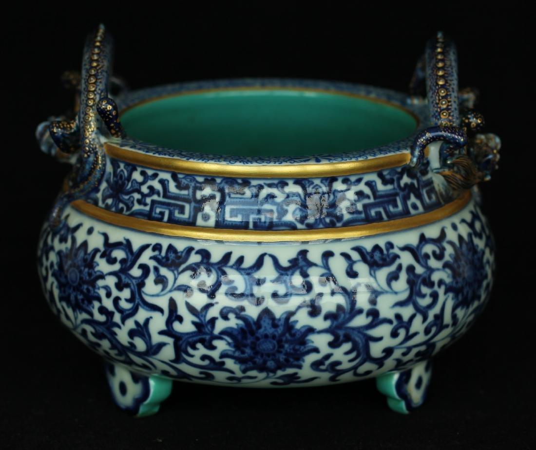 Blue and white porcelain censer of Qing Dynasty
