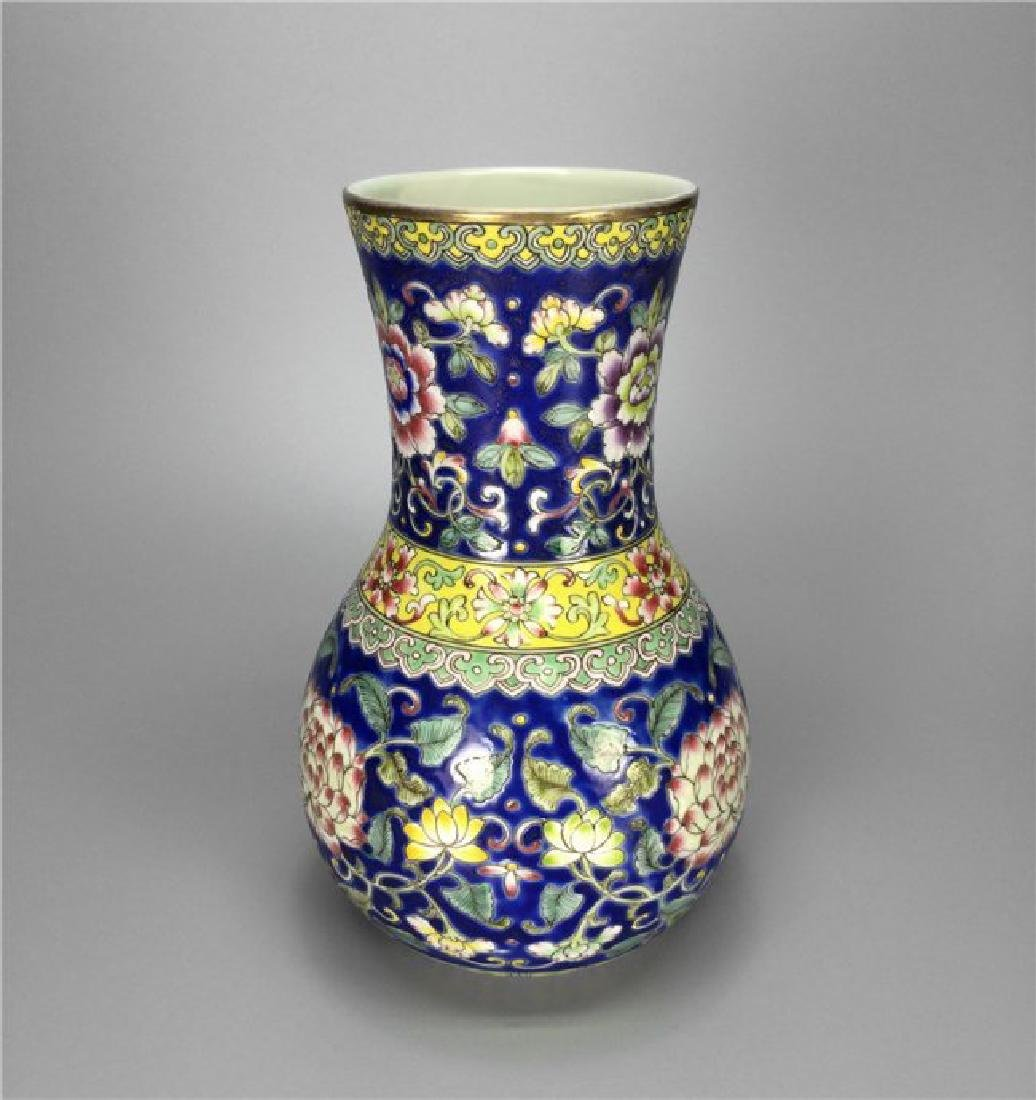 Chinese exquisite enamel porcelain vase of Qing Dynasty