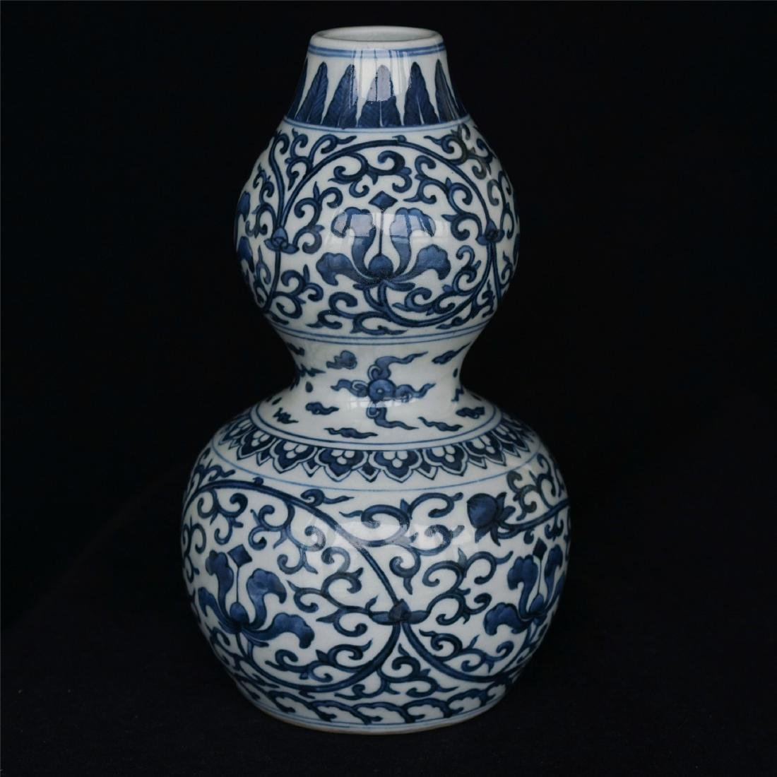 Blue and white porcelain vase of Ming Dynasty WanLi