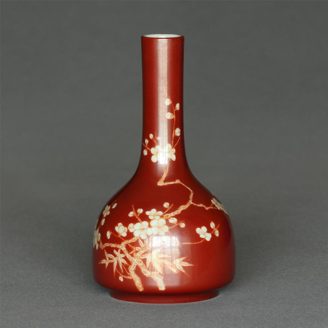 Red color porcelain small vase of Qing Dynasty