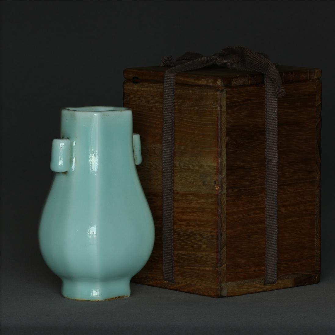 Blue glaze porcelain vase of Qing Dynasty QianLong