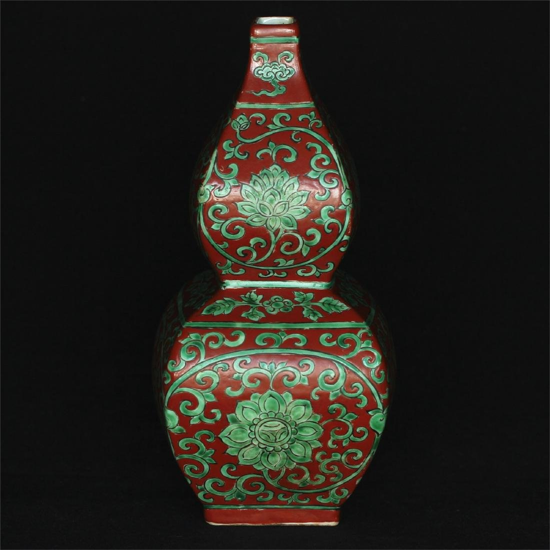 Chinese red & green porcelain vase of Ming Dynasty