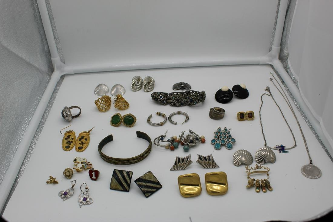 Lot of 40+ pieces of costume jewlery