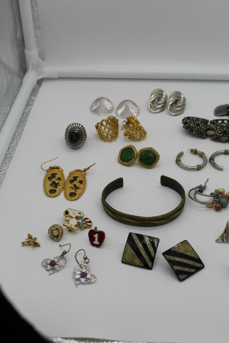 Lot of 40+ pieces of costume jewlery - 2
